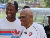 Con 101 años, Paul Lamaute (a la derecha) jugó y entrenó equipos hasta los 97 años. En la foto, junto a Patrice Bernier, mediocampista del Impact de Montreal. Ambos estuvieron presentes en el Partido de las Estrellas de Montreal Norte.|FOTO: FERNANDO GARABITO