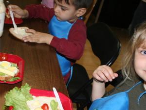 Niños participando en los talleres de cocina impartidos en COPSI. En la foto, Maina y Ryan Lapierre. | FOTO: PATRICIA MORALES