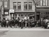 Manifestantes en las afueras de Radio Centre-Ville. La emisora, cuyo mandato es comunitario y multilingüe, existe desde hace 40 años. FOTO: LUIGI PASTO